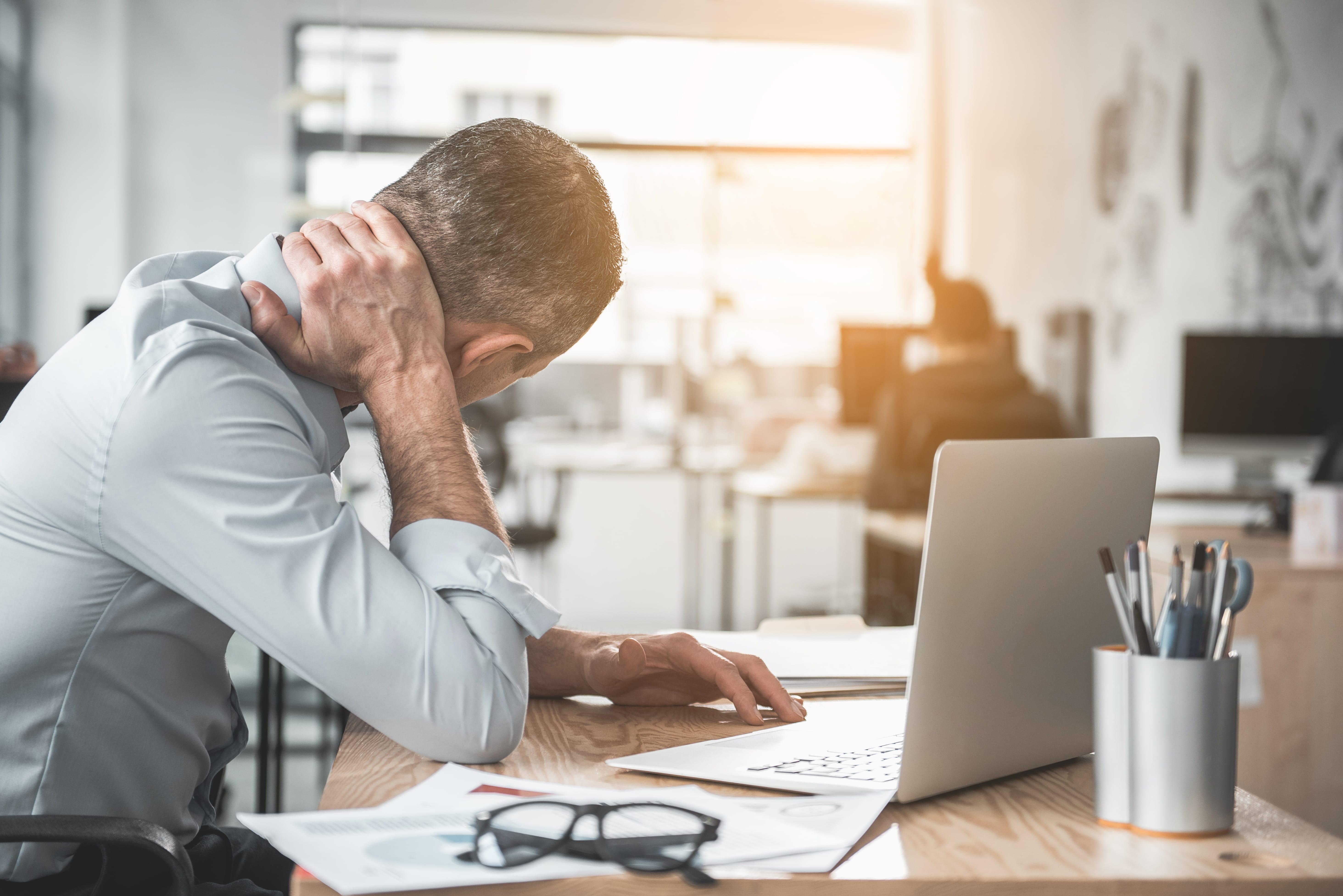 personne au travail en situation d'épuisement professionnel