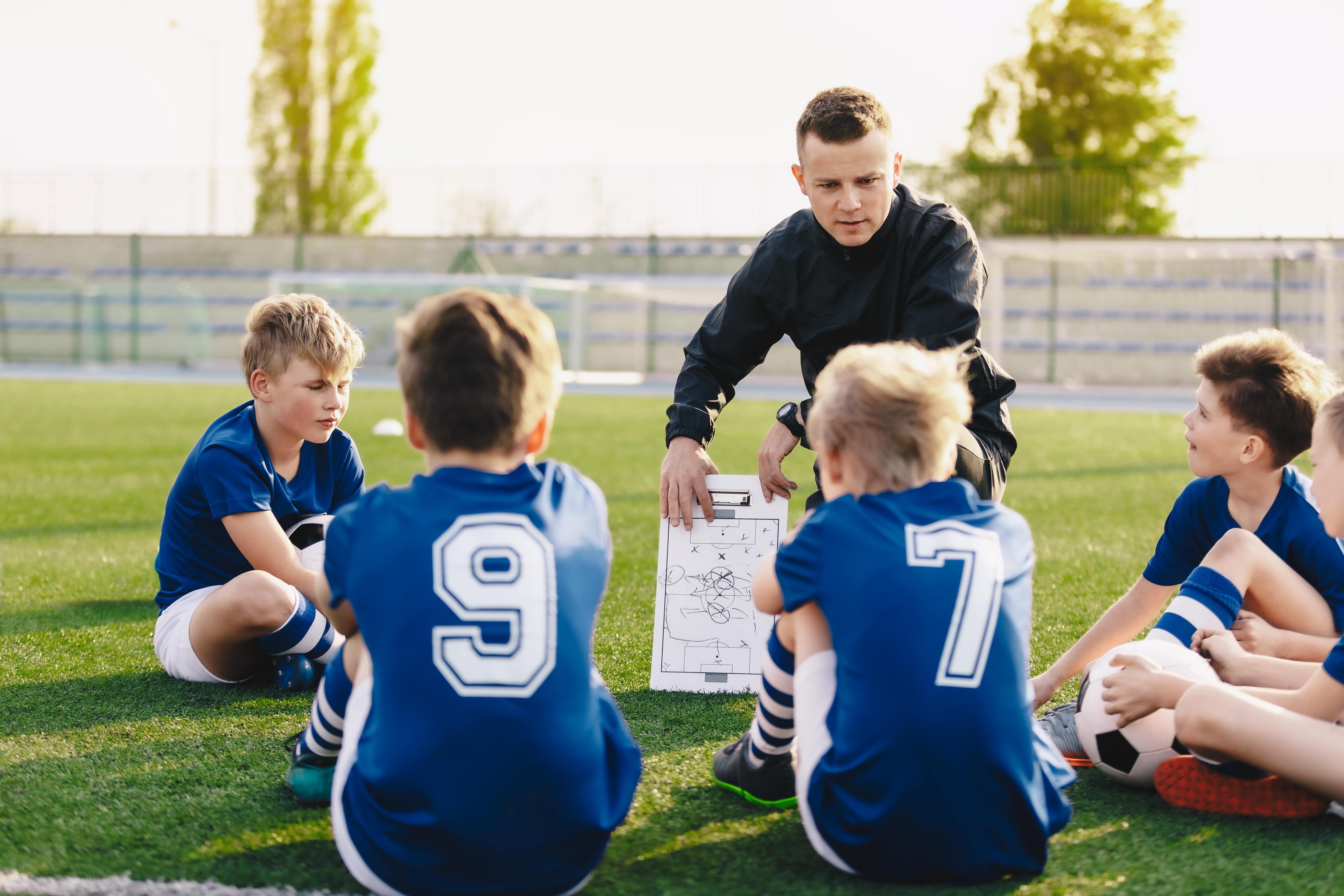 Image représentant un professeur de sport enseignant à ses jeunes élèves