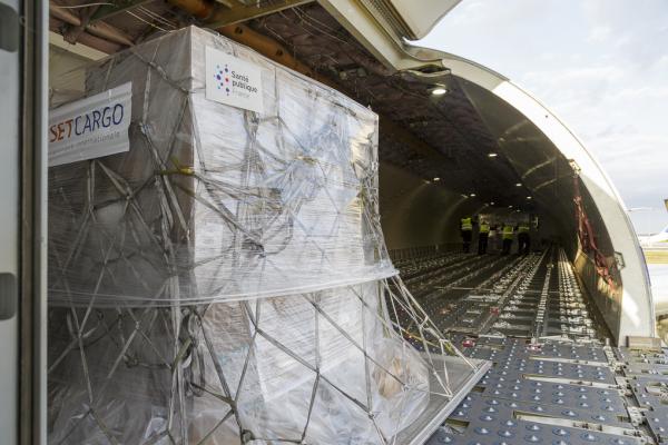Avion en cours de chargement de matériel à destination des Antilles